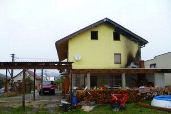 Oheň zachvátil stenu rodinného domu, terasu i strešnú konštrukciu.