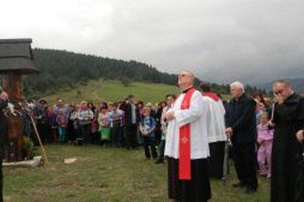 V piatok trinásteho posvätili v Kysuckom Lieskovci krížovú cestu do časti Rovne.