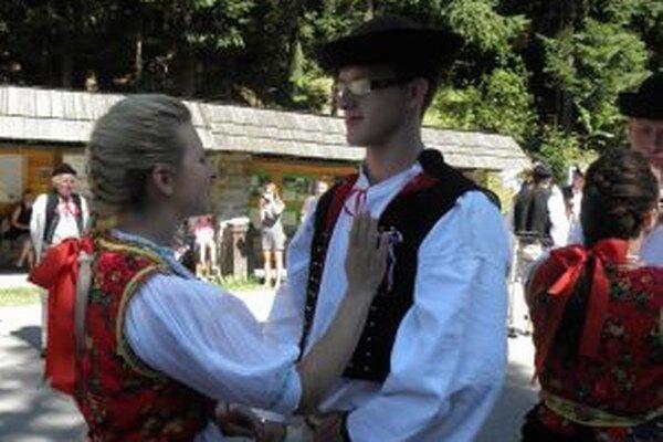 Kysucký skanzen sa dnes zaplní regrútmi. Folkloristi predvedú, ako vyzeral kedysi odchod mládencov na vojnu.