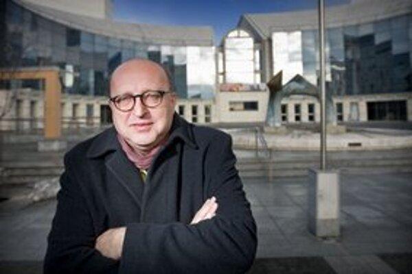 Roman Polák (55) po štúdiu divadelnej réžie na VŠMU pôsobil v Štátnom divadle v Košiciach a v Divadle SNP v Martine. Výrazné inscenácie pripravil aj pre bratislavské Divadlo Astorka - Korzo '90. Činohru SND už viedol v rokoch 2006 - 2008.