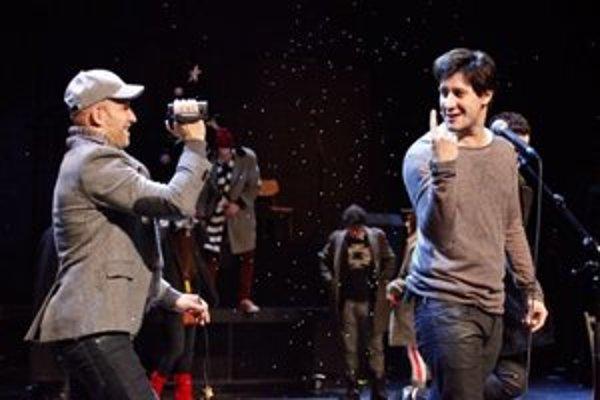 Tomáš Palonder (vpravo) počas predstavenia muzikálu Rent v Divadle Aréna.
