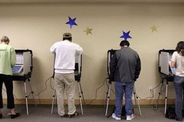 V Amerike je to jeden papier, na ktorom sú kandidáti na prezidenta a senátora pre daný štát. Úlohou voliča je spojiť šípkou pre koho sa rozhodol a vložiť do stroja, ktorý vyzerá ako bankomat.
