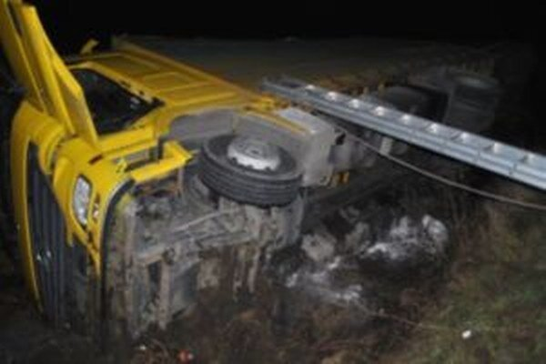 Na ceste I/11 došlo včera podvečer k dopravnej nehode. Prevrátil sa tam poľský kamión.