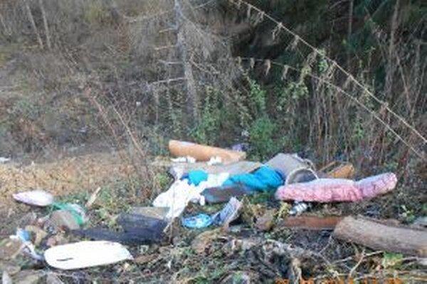 V Turzovke – Hlinenom objavili mestskí policajti takéto odpadkové kráľovstvo.
