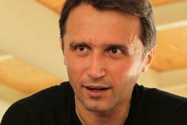 Mário Radačovský (1971) sa narodil v Partizánskom. Vyštudoval tanečné konzervatórium. Neskôr tancoval na našej prvej scéne, odkiaľ odišiel účinkovať do prestížneho holandského súboru NDT. Spolupracoval so svetoznámym choreografom Jiřím Kyliánom, pôsob