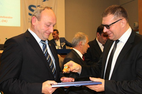 Stanislav Špila preberá ocenenie z rúk predsedu SFZ Jána Kováčika.