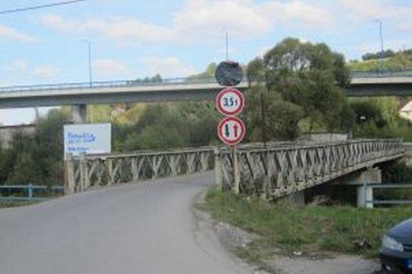 Vydanie stavebného povolenia na diaľnicu podmieňuje mesto  výstavbou strategického  mostného prepojenia cez rieku Kysuca, ktorý vedie do miestnej časti Bukov.