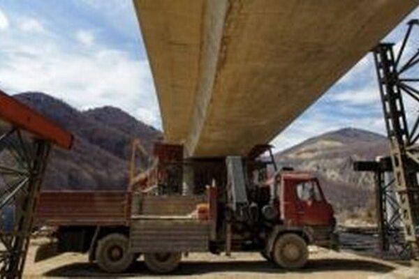 Dodávateľské firmy majú pri stavbe diaľnice D3, ktorá povedie aj cez obec Skalité, problém s postavením betonárne.
