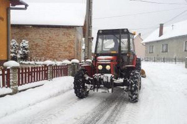 Miloš si sadol za volant traktora a skončil s ním v jarčeku.