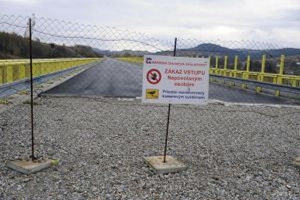 Diaľničný úsek Svrčinovec – Skalité dlhý 12,3 kilometra chcú dokončiť v polovici roka 2016.