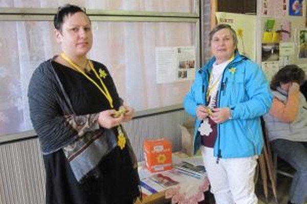 Každý rok sa do zbierky ako dobrovoľníčky zapájajú aj Hedviga Mikolášová a Ivana Gašperáková. Pani Hedviga (vpravo) stála aj pri zrode samotnej Ligy proti rakovine.