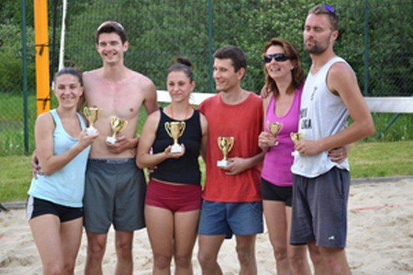Medailisti sobotňajšieho mixového turnaja v plážovom volejbale.