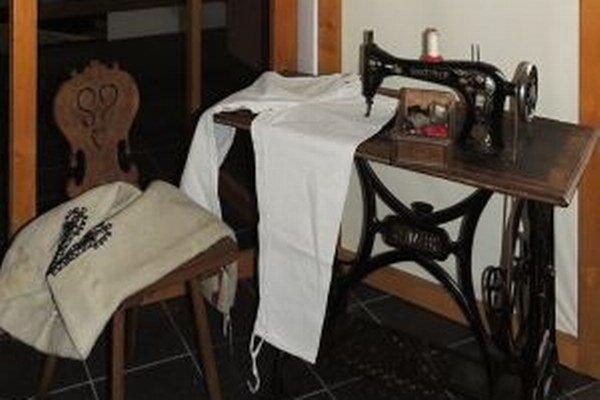 Kysucké múzeum v Čadci pripravilo vo svojej expozícii Vlastivedného múzea v Krásne nad Kysucou výstavu mapujúcu výrobu odevov v minulosti.