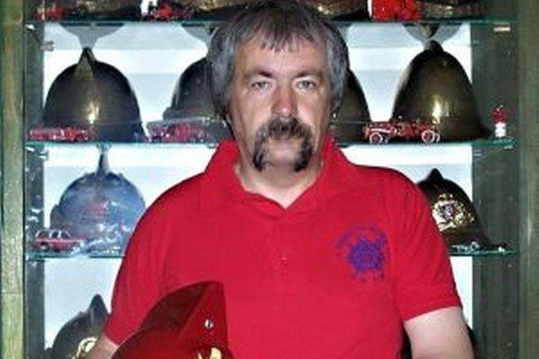 Jozef Malík má v zbierke vyše 150 hasičských prílb.