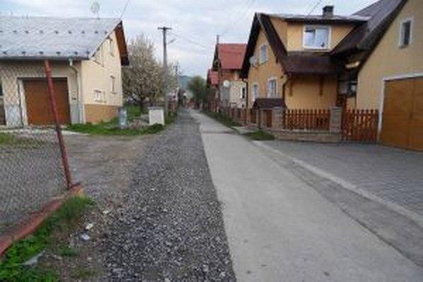 Mnohé komunikácie v kysuckých obciach museli po prácach na kanalizácii dať do poriadku. Stojí to nemalé peniaze.