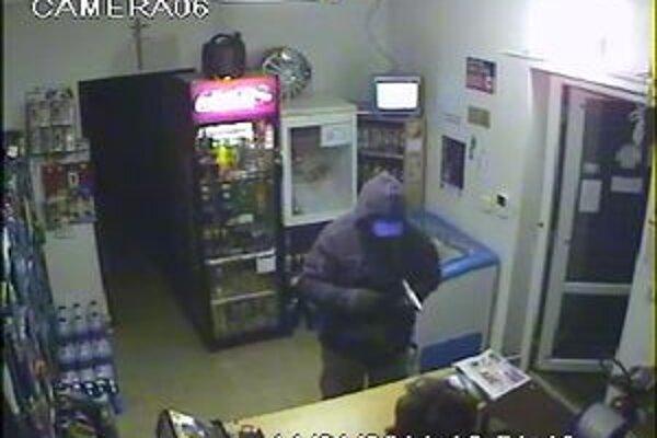 Páchateľa lúpežného prepadnutia zachytila kamera.