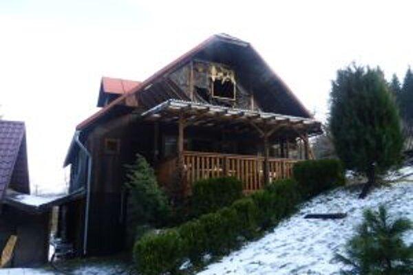 Vo vnútri drevenice narobil oheň obrovské škody.