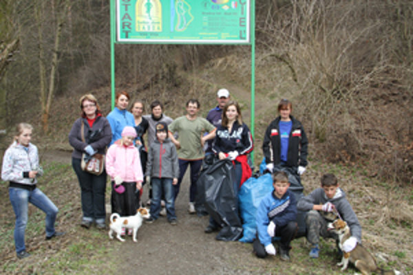 Skupinka zanietených dobrovoľníkov sa rozhodla vyčistiť nábrežie Kysuce na takzvanom Šeríkovom okruhu.