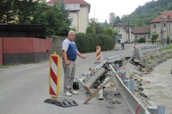 Ján Pokrivka pri mapovaní škôd, ktoré narobili vlaňajšie povodne.