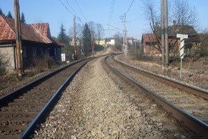 Železničná trať. Obyvatelia Čadce - Horelice by uvítali, keby trať vedúcu zastavanou častou železnice zrušili.
