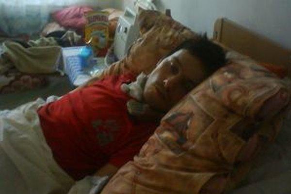Po nehode, pri ktorej ochrnul, zostal Martin pripútaný na lôžko.