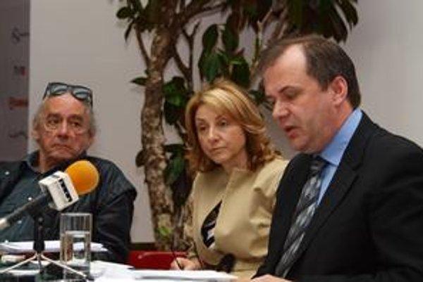 Generálna riaditeľka SND Silvia Hroncová predstavuje nového šéfa operného súboru Pavla Smolíka. Vľavo v pozadí predseda výberovej komisie Jaroslav Blaho.