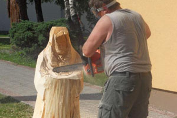 Rezbári z Beskydskej oblasti pracujú na diele, ktoré dokončia v roku 2013.