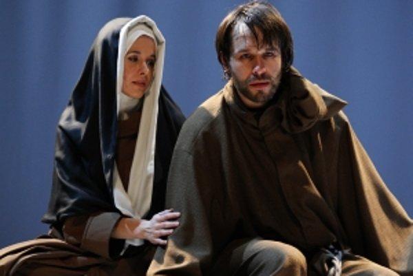 Lucia Molnárová a Kamil Mikulčík v inscenácii František z Assisi na bratislavskej Novej scéne.