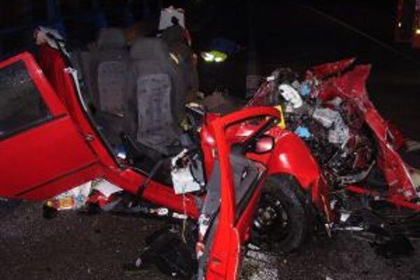 Kamión auto úplne zdemoloval. Manželia zahynuli, ich 11-ročnú dcéru zachraňujú v nemocnici.