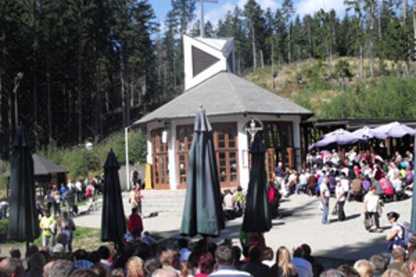 Na omši na Živčákovej sa zišli stovky veriacich zo Slovenska i zahraničia.