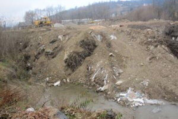 Divoká skládka leží v blízkosti rieky Kysuce. Ľudia tam nosia elektrospotrebiče, ktoré doslúžili.
