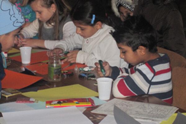 Deti vyrábali ozdoby na vianočný stromček.