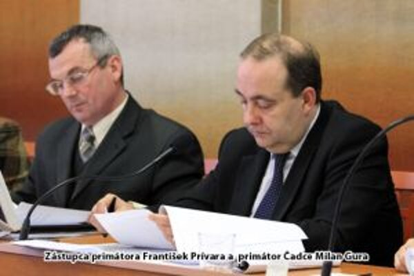 V závere uplynulého roka schválili poslanci rozpočet mesta na tento rok. Na snímke  zástupca primátora František Prívara a primátor Čadce Milan Gura.