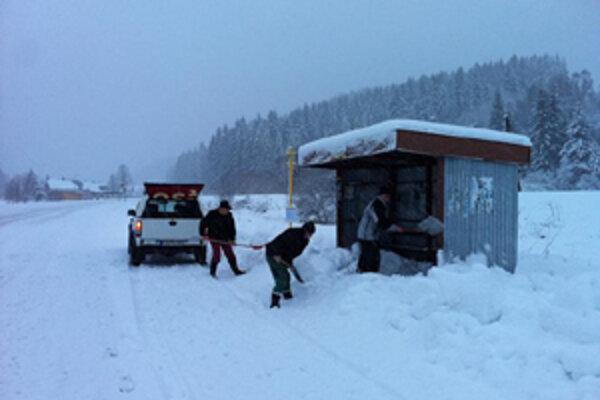 Okrem strojov sa o sneh v obci starajú aj zamestnanci obce.