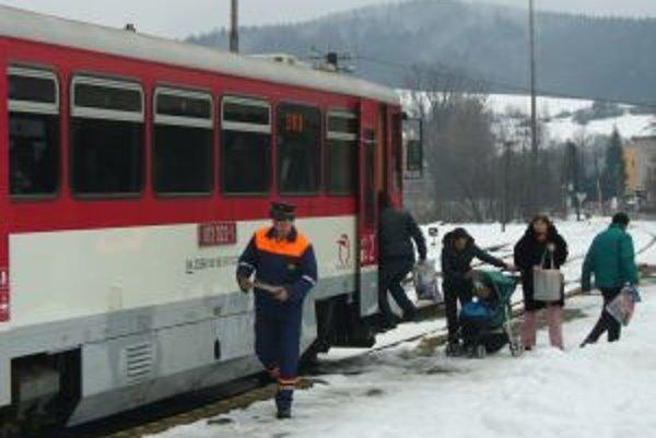 Niektoré vlakové spoje končia v Turzovke. Odtiaľ musia cestujúci využiť autobusové spoje.