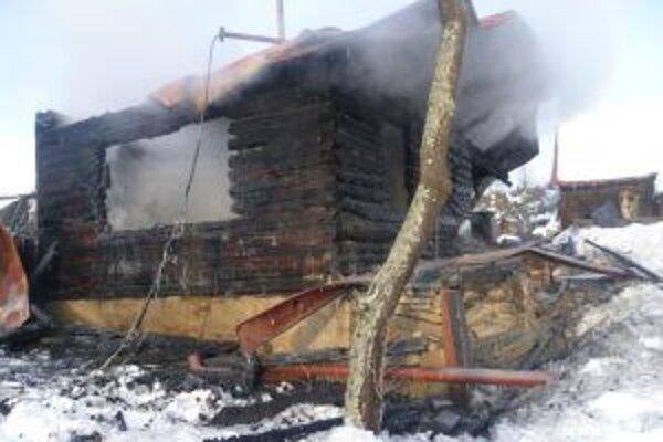 Hasičov privolali k požiaru v mimoriadne náročnom teréne.