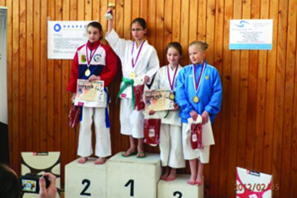 Na stupňoch víťazov sa ocitli i Čadčianky Veronika Pišteková a Ema Repčíková (vpravo).