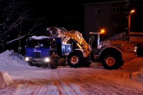 Na Kysuciach pracujú na odstraňovaní kalamitnej situácie celé dni i noci už takmer týždeň.