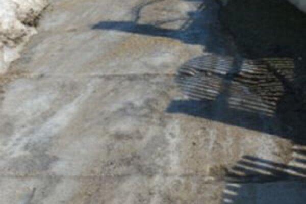 Po prístupovej komunikácie sa počas zimy nedalo prejsť autom ani peši.