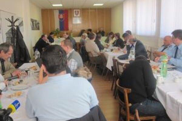 Starostovia a primátori sa stretli v Dunajove s Michalom Kravčíkom, aby zhodnotili opodstatnenosť budovania vodozádržných objektov.