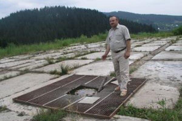 Starosta Korne Jozef Kontrík (na snímke) hovorí, že vrt plynári demontovali. Ropný prameň zostane naďalej len raritou.