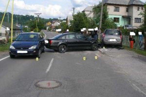 Pri nehode v Skalitom sa zrazili tri vozidlá.