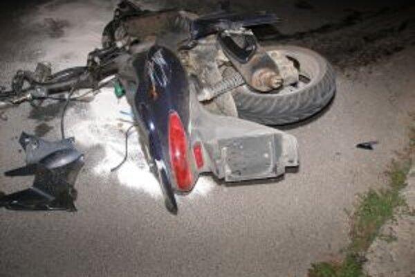 Pri nehode sa ťažko zranil motocyklista.
