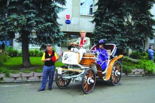 Stará Dora Antonín Pavelka s kontesou na elektromobile Dora. Nechýba ani predbežec.