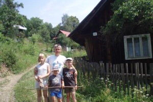 Počas voľných dní neobíde vedec ani rodné Krásno nad Kysucou. Na fotografii so svojimi synovcami a neterou v osade Šustkov.