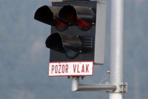 Vodiča výstražné svetelné znamenie nezastavilo.
