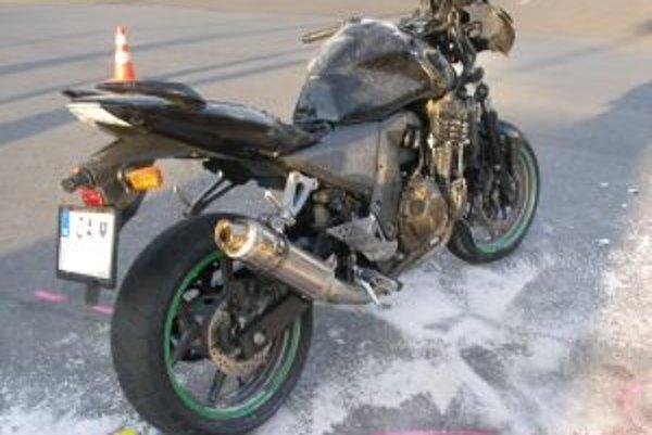 Dvadsaťpäťročný motocyklista utrpel zranenia dolnej končatiny.