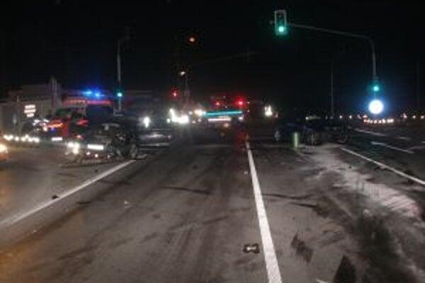 Nehodu na svetelnej križovatke v Radoli zapríčinila 23-ročná vodička.