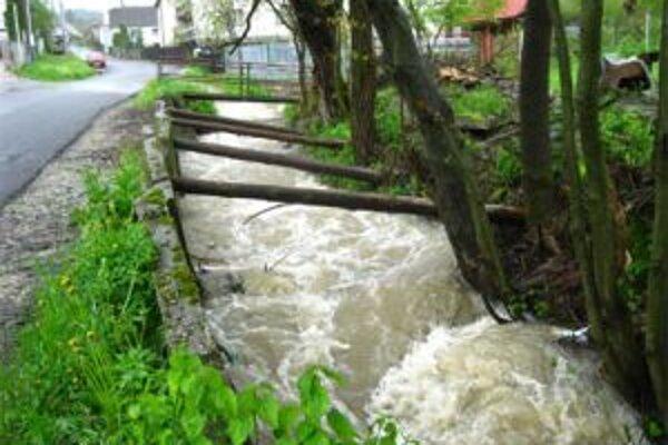 Potok v Hlinenom chcel SVP zregulovať. Teraz však nemá peniaze. Využiť eurofondy nemôže.