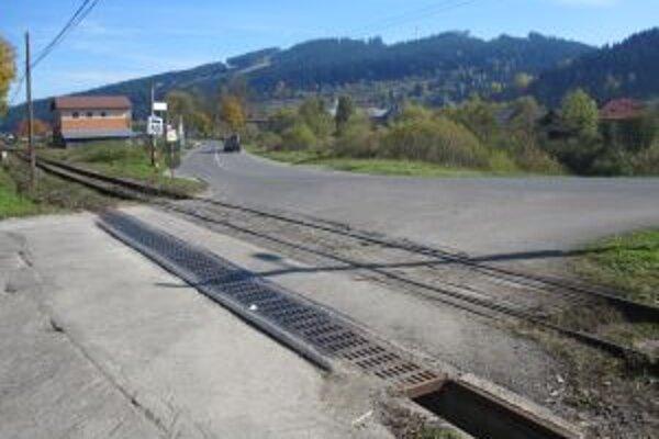 Železničný prejazd je v dezolátnom stave.